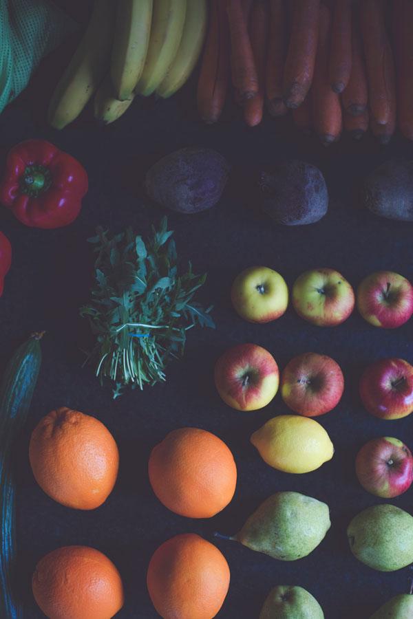 Gesunde Lebensmittel in den Farben der Chakren.