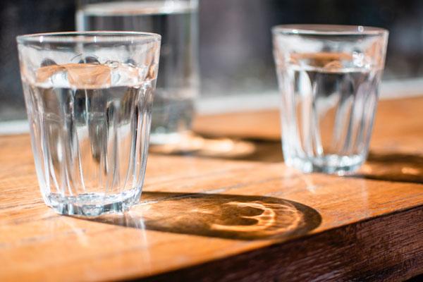 Wasser-trinken Sakralchakra